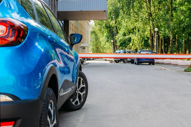 Puerta de barrera de seguridad del vehículo en el aparcamiento.